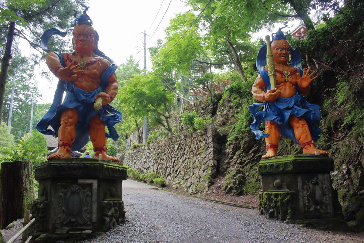 山門近くの仁王像、独特の色使いが目を惹きます