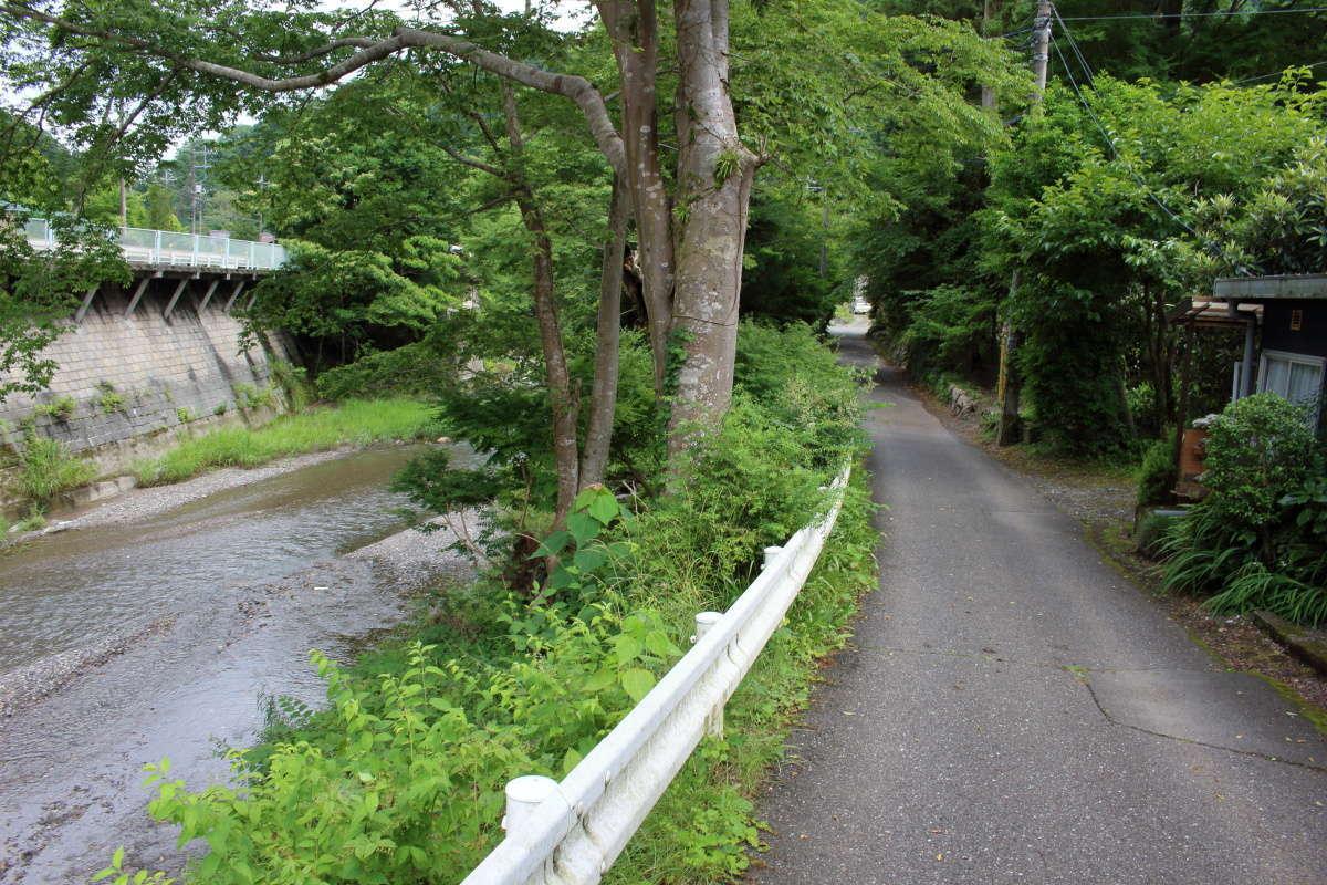 高麗川手前の遊歩道へ入ります