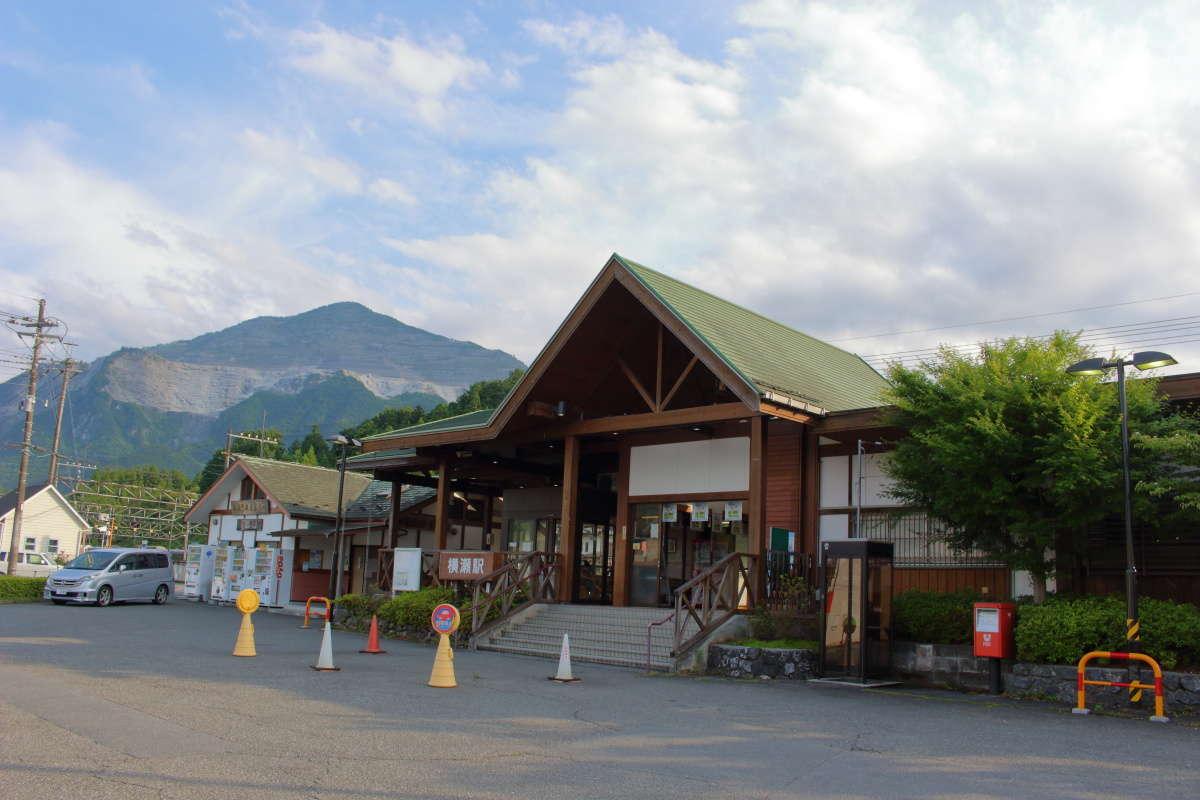 夕方の横瀬駅、駅舎の横には武甲山がどーん!