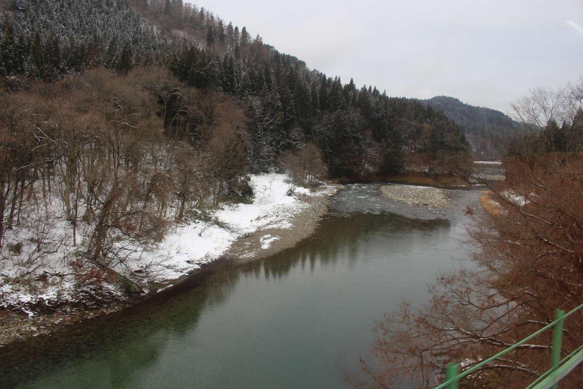 秋田内陸縦貫線の車窓からは阿仁川を見ることができます