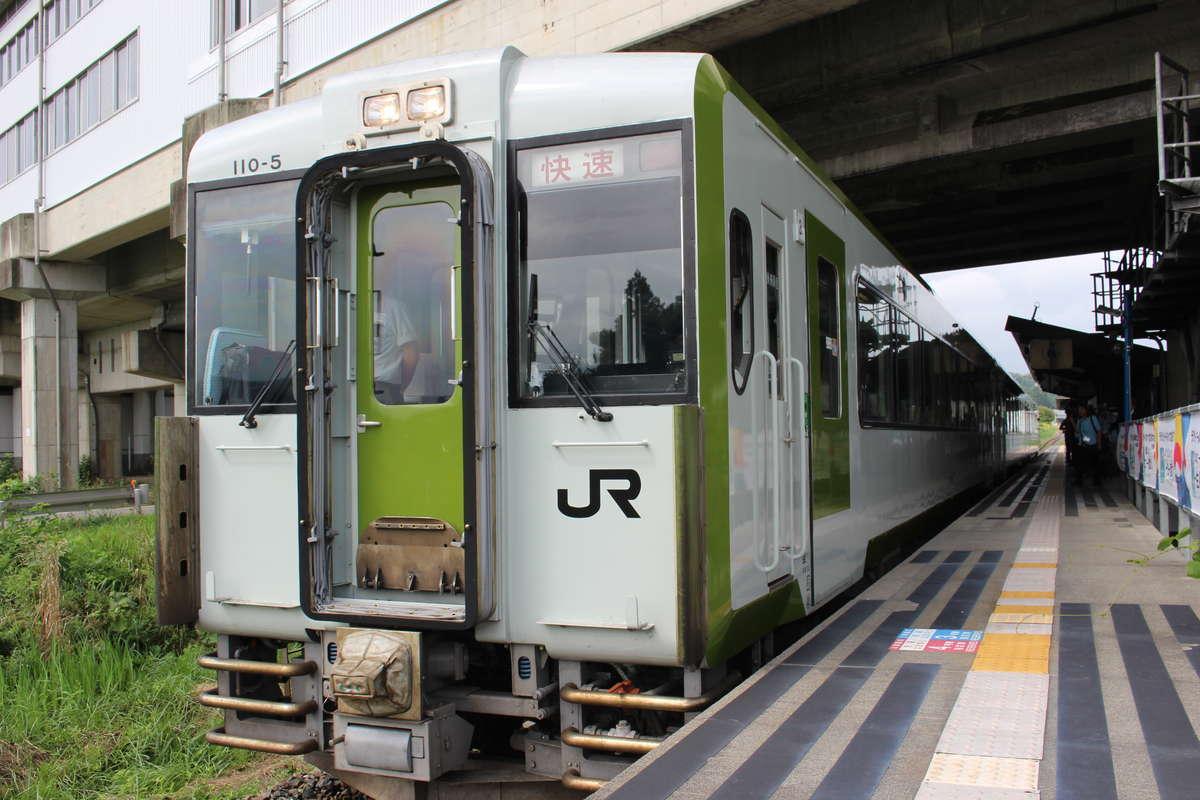 東北新幹線との乗換駅、新花巻駅に入線する快速「はまゆり」