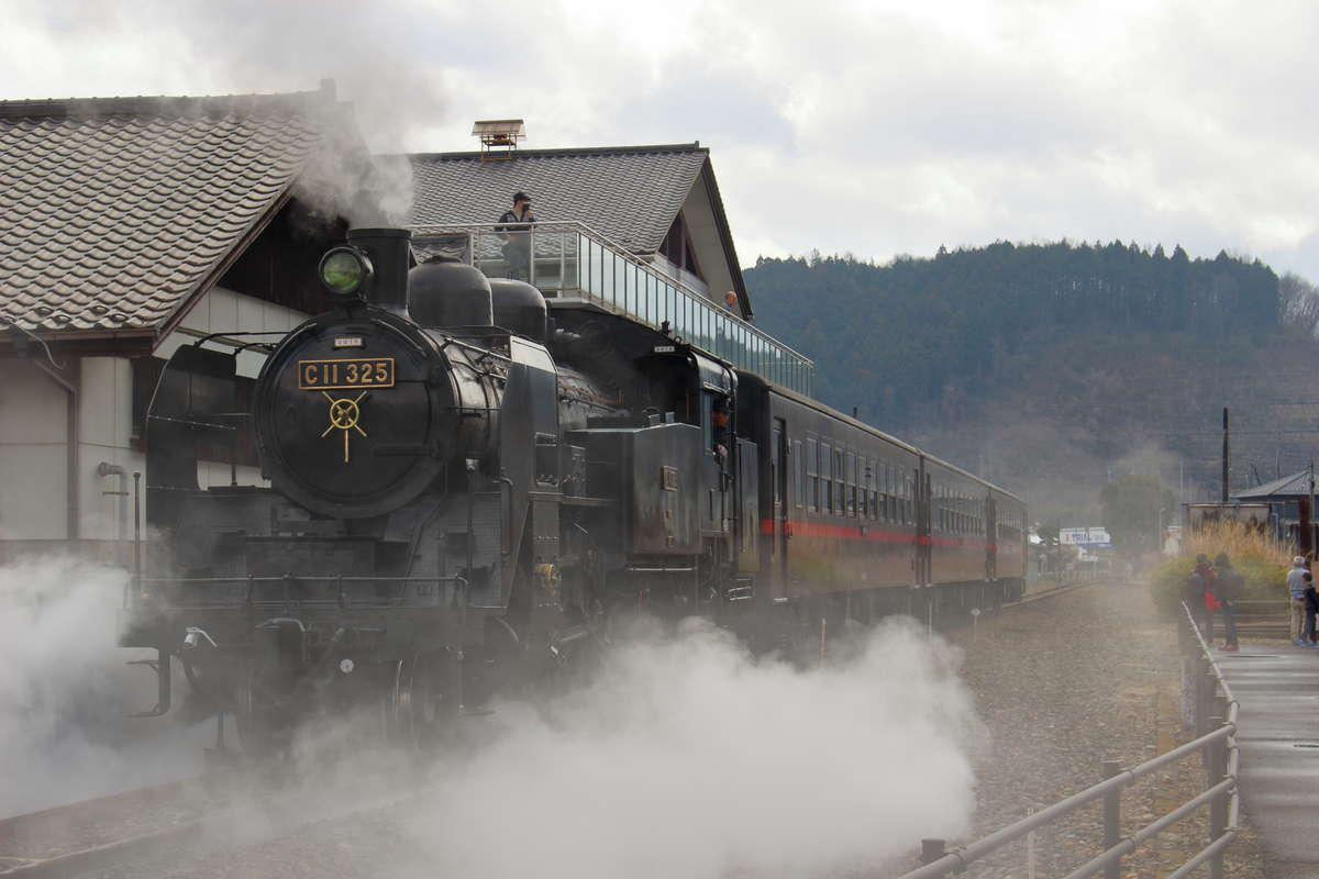 真岡鉄道を走る「C11 325号機」(「SLもおか」終着の茂木駅にて)