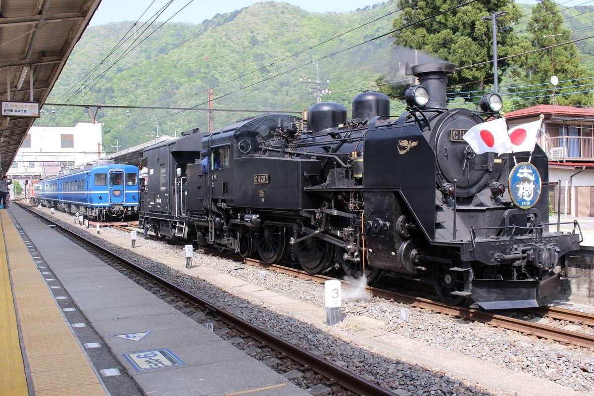 鬼怒川温泉駅で発車準備をする「SL大樹」