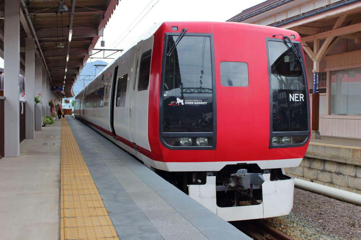 特急券(100円)を購入すれば長野電鉄の特急にも「週末パス」で乗れる!