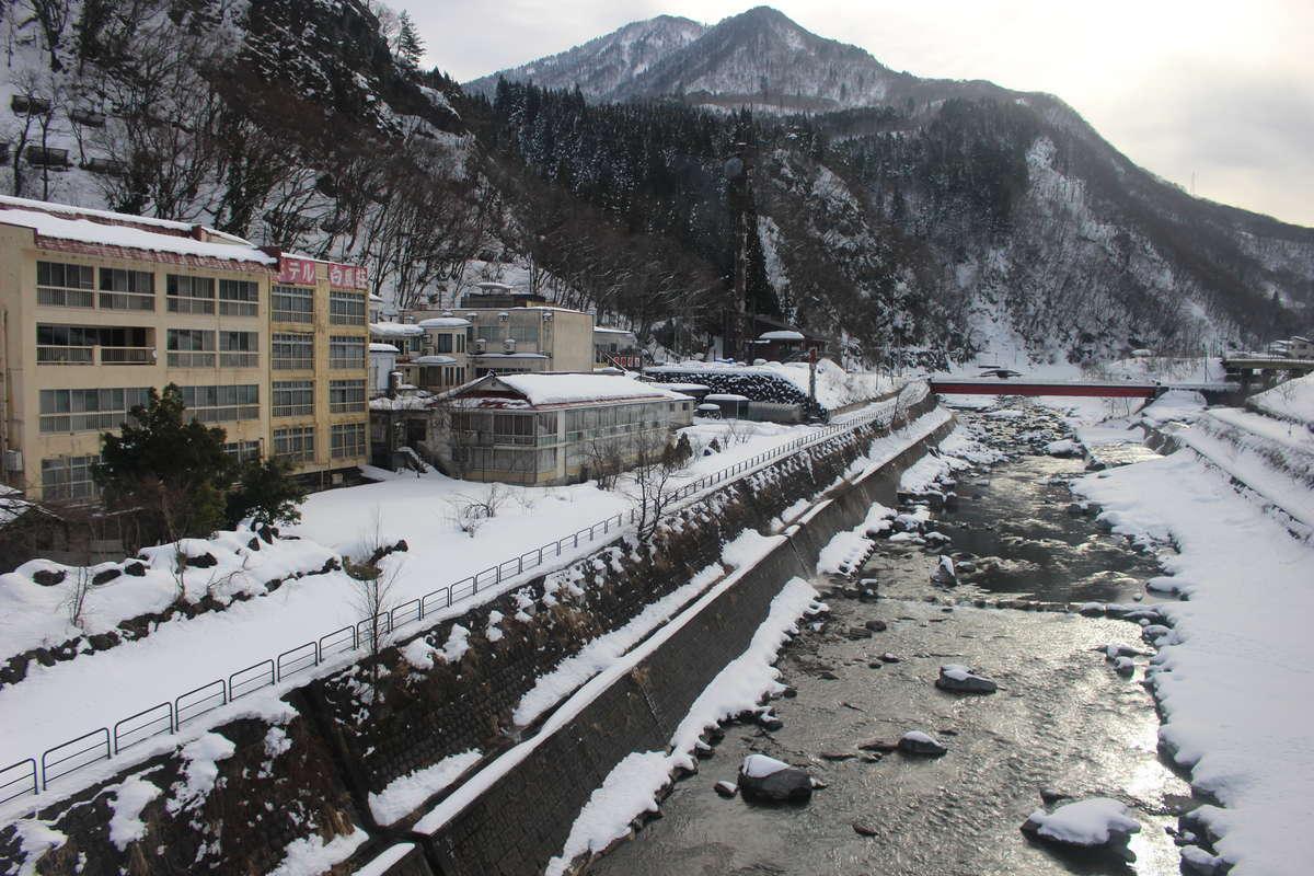 姫川沿いに温泉宿が並ぶ姫川温泉(平岩駅付近)
