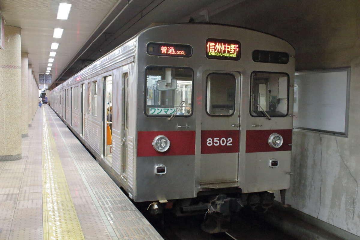 元東急8500系の普通列車(信州中野行き)