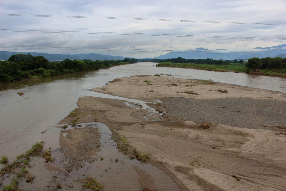 千曲川は水量が多めで濁っていました