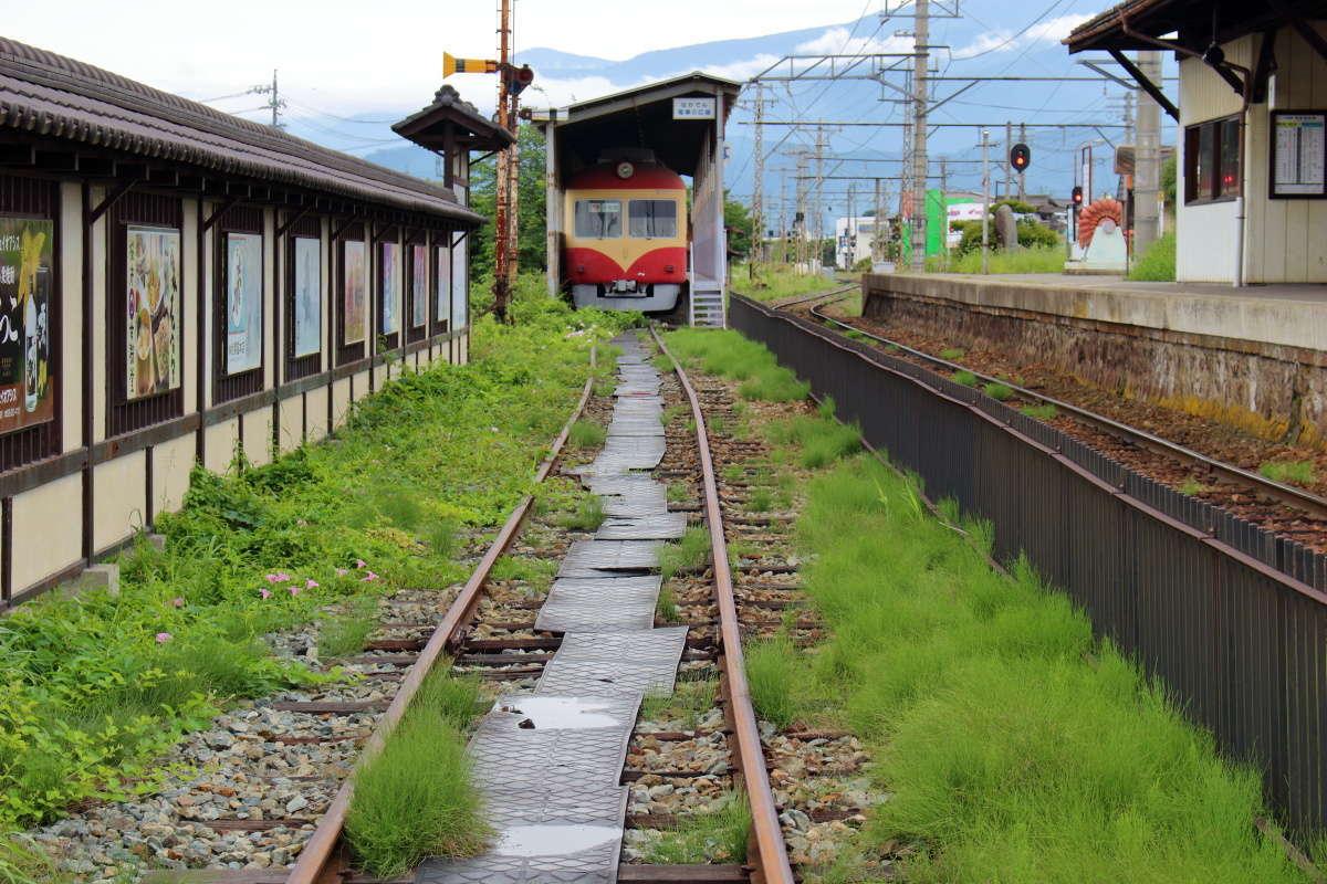小布施駅「ながでん電車の広場」へは線路の上を歩いていきます