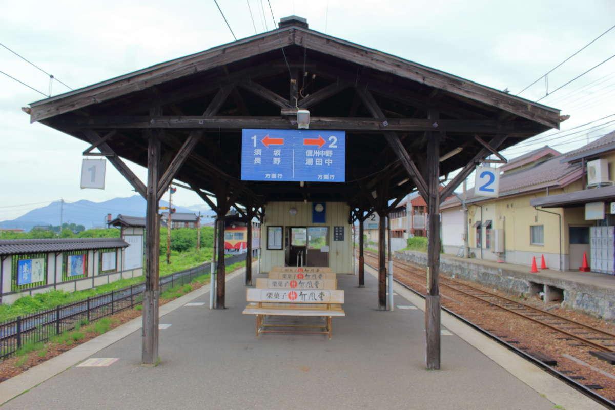 小布施駅ホームの屋根は時代を感じさせる木造
