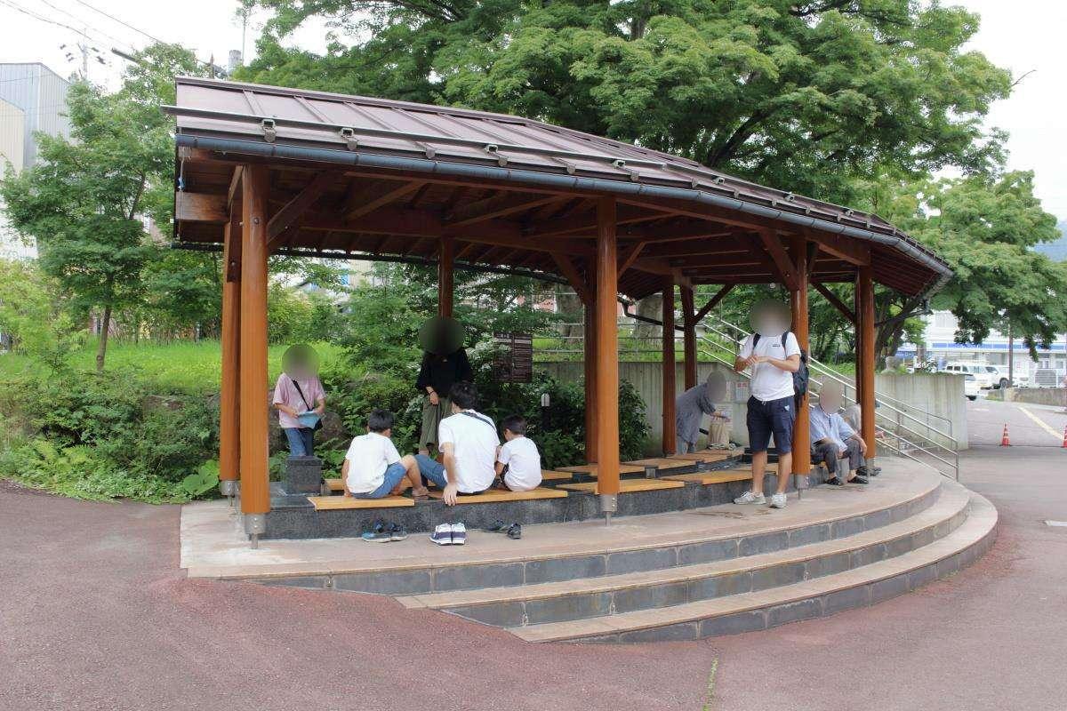家族連れの観光客で賑わう「楓の館」前の足湯