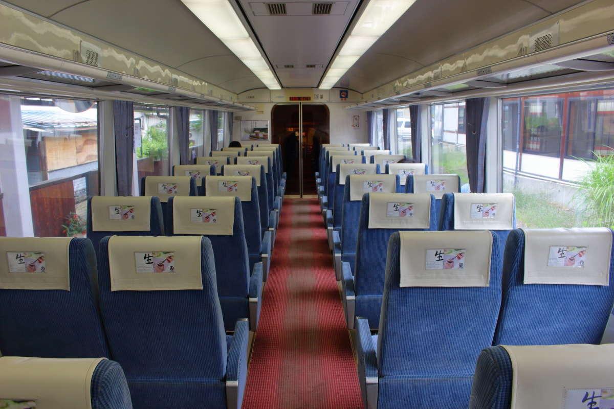 高級感漂う赤い絨毯にブルーのシートの特急「ゆけむり」の車内