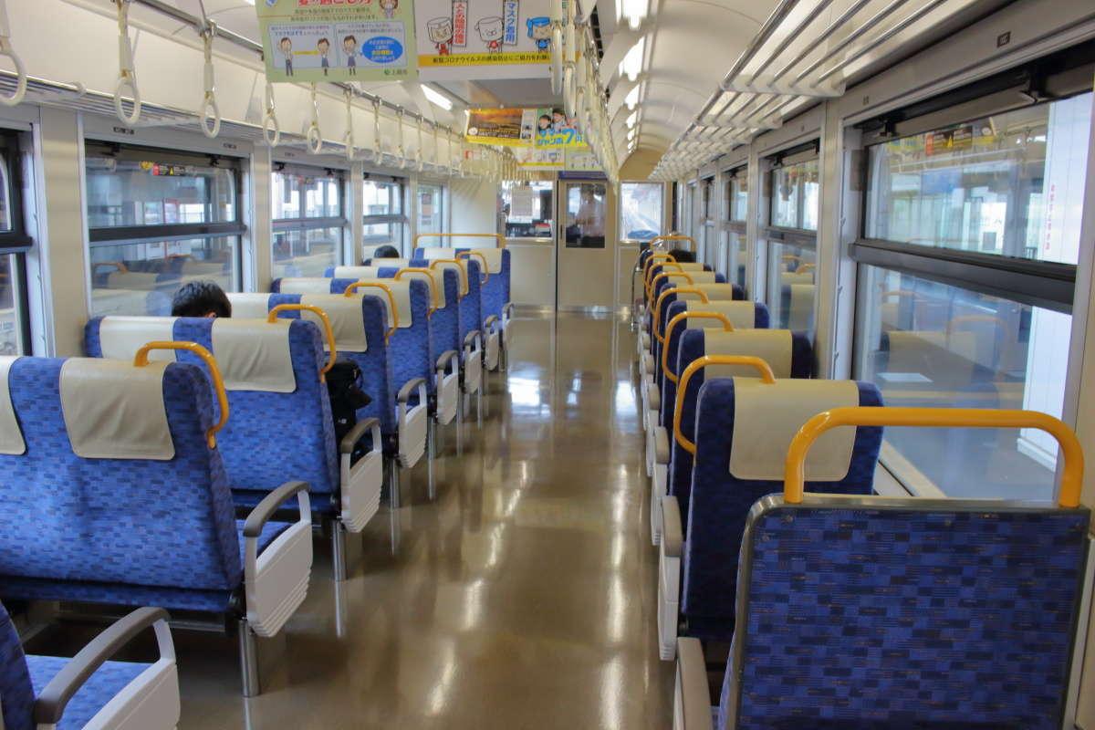 えちごトキめき鉄道「日本海ひすいライン」の車内は転換クロスシートが並ぶ