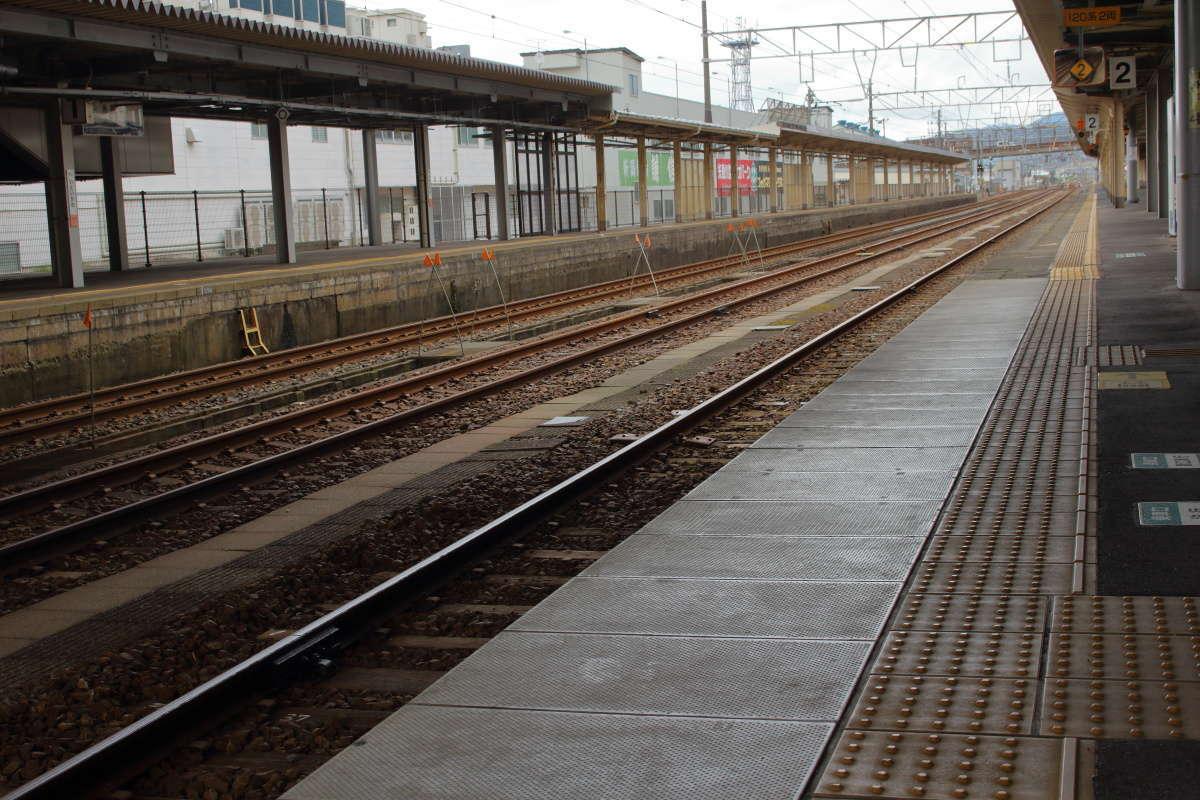 糸魚川駅の長いホームは、かつて特急街道だった頃の名残