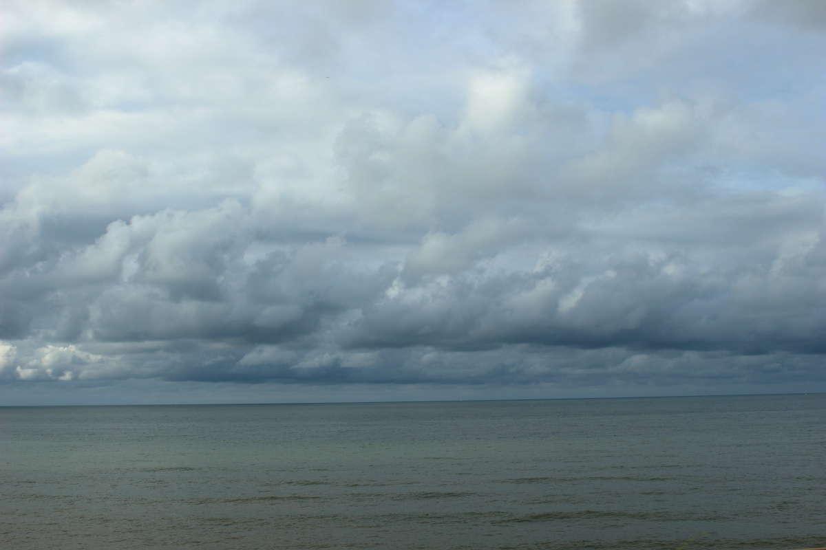 有間川~谷浜間では日本海のすぐ近くを走ります