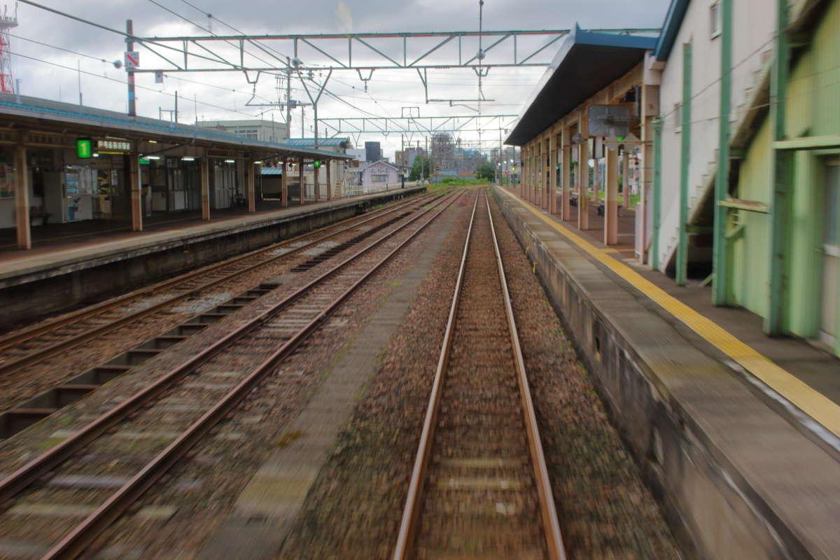 時代を感じさせる新井駅、長いホームは健在