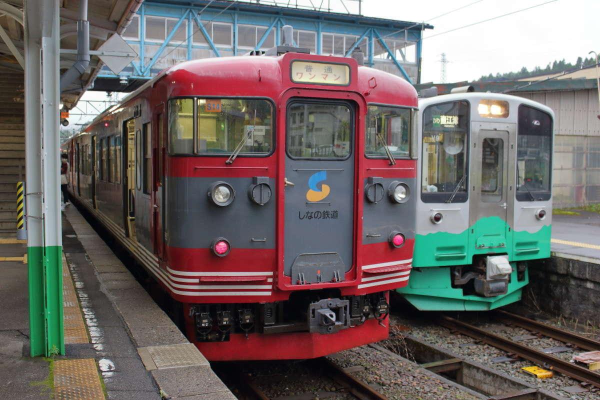 終点の妙高高原駅に到着、隣のホームにはしなの鉄道北しなの線の長野行きが停車中