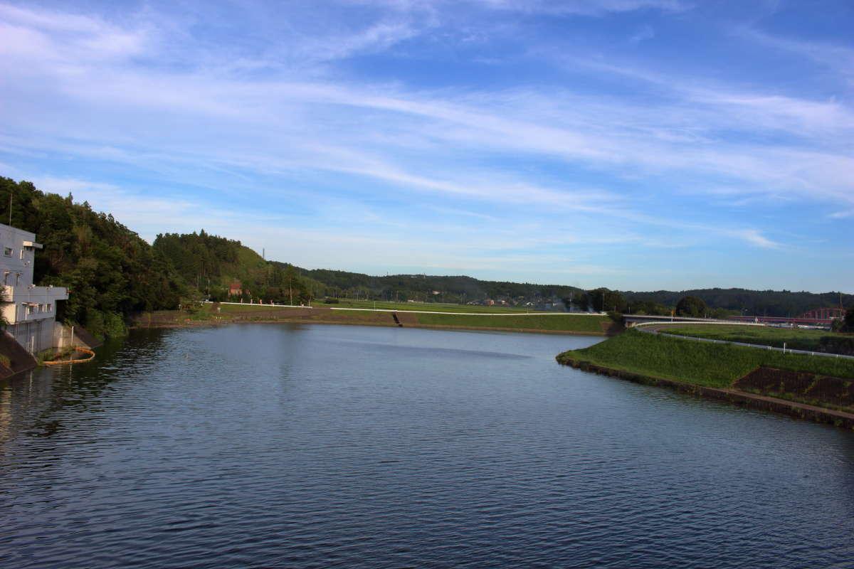 高滝ダムによる堰止湖「高滝湖」を渡ります
