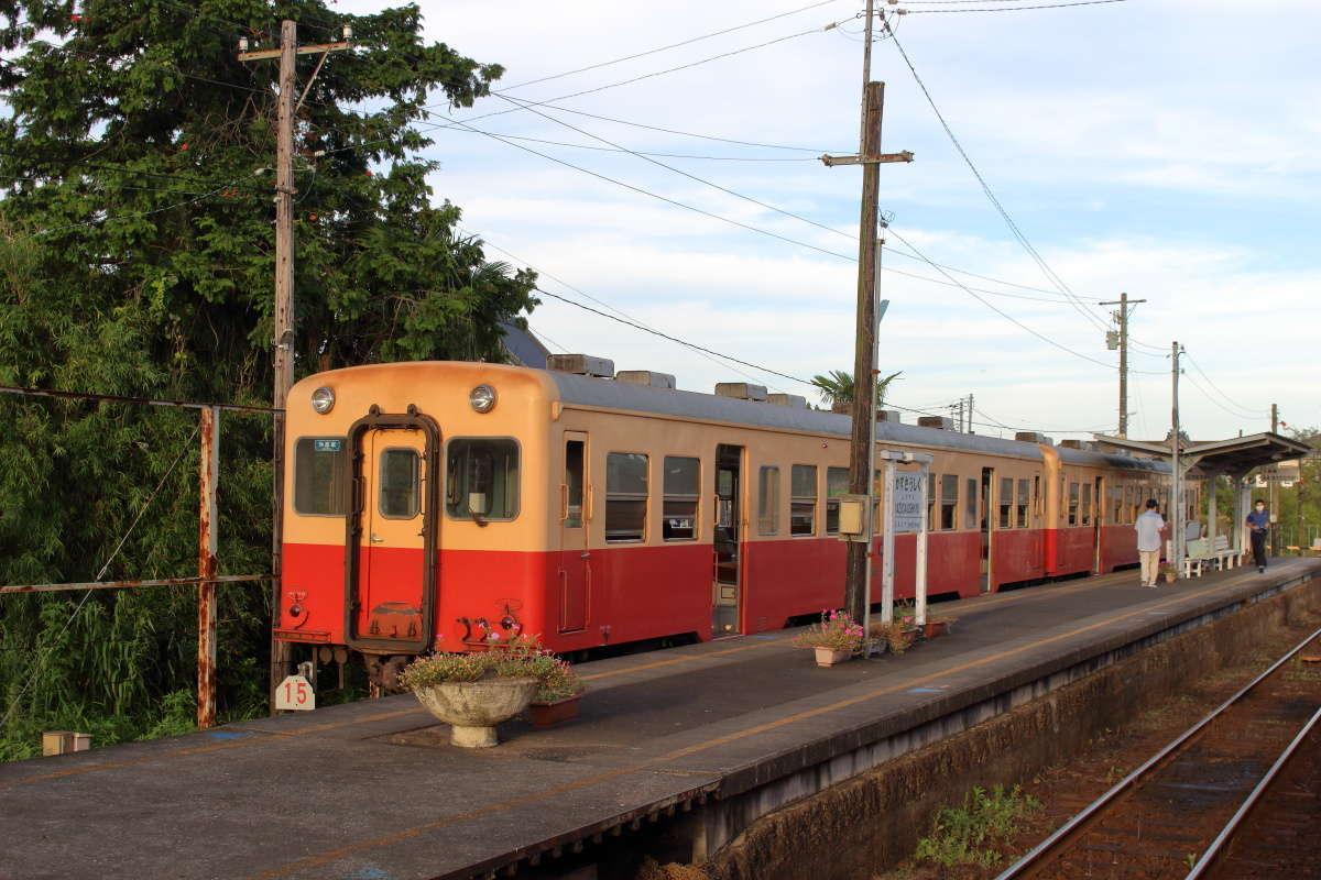 上総牛久駅では大半の乗客が先行する五井行きの普通列車に乗り換えます