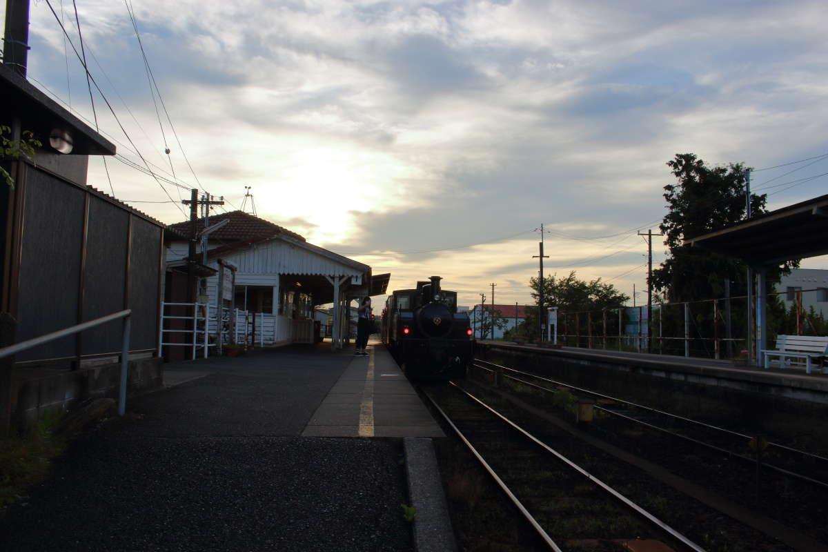 夕暮れ時の上総牛久駅のホーム、房総里山トロッコが出発を待ちます