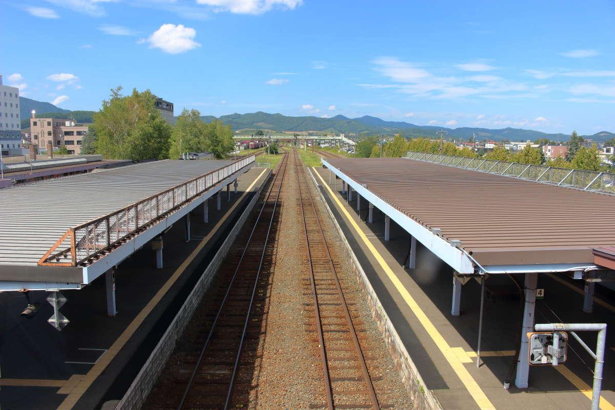 夏空が広がる富良野駅、架線がないので空が広いです