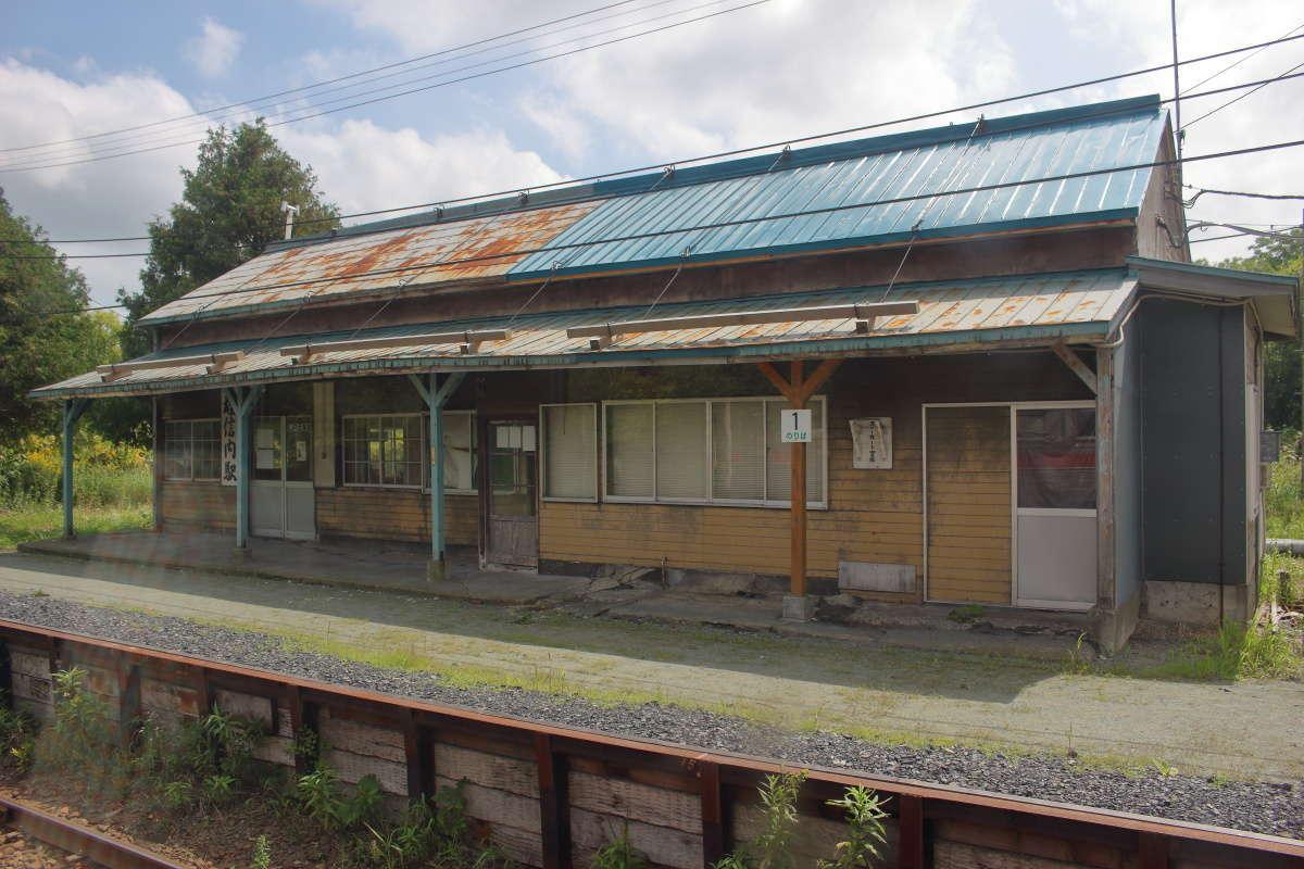 雄信内駅の駅舎は木造の立派なもの