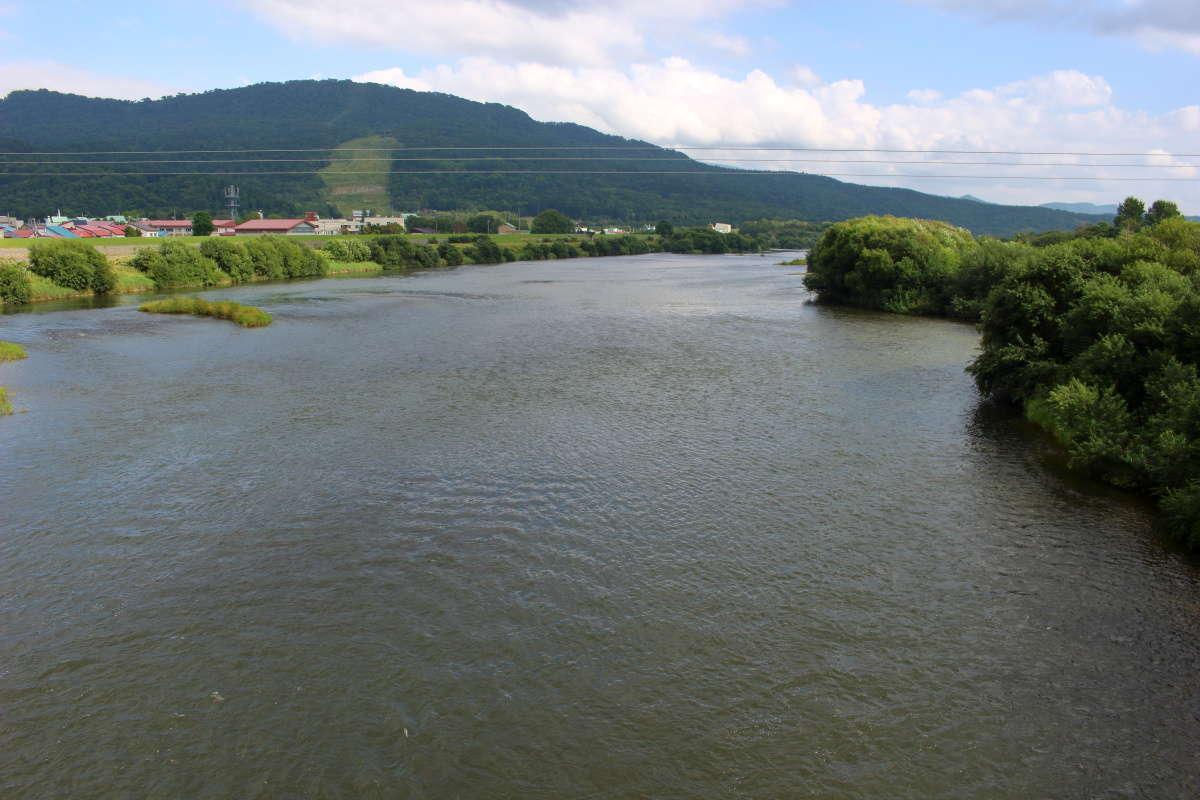 道の駅おといねっぷのすぐそばの橋から雄大な天塩川の流れを眺める