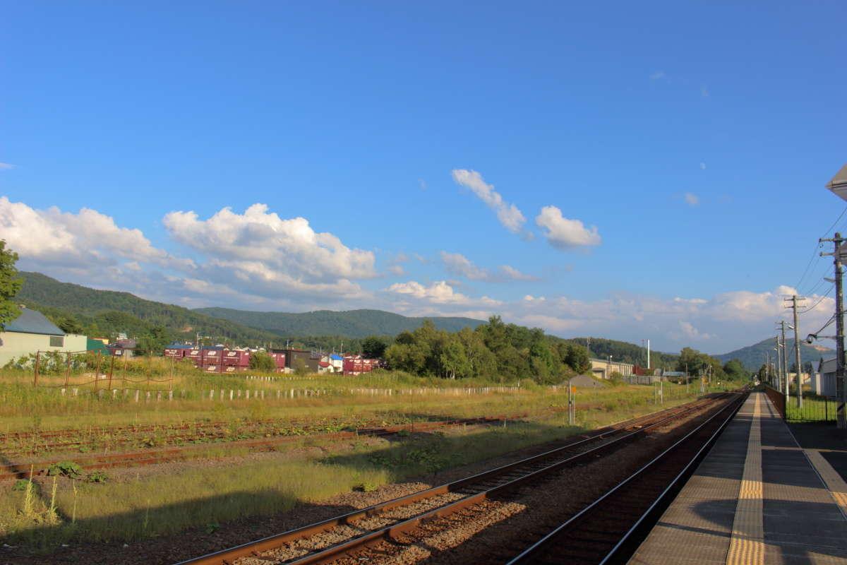 かなり広い和寒駅の駅構内、貨物コンテナが積んであります