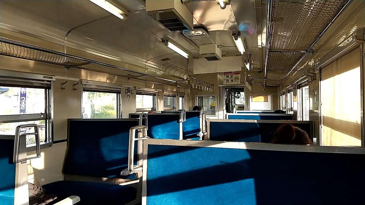 青いボックスシートが並ぶキハ40の車内、冷房はありません