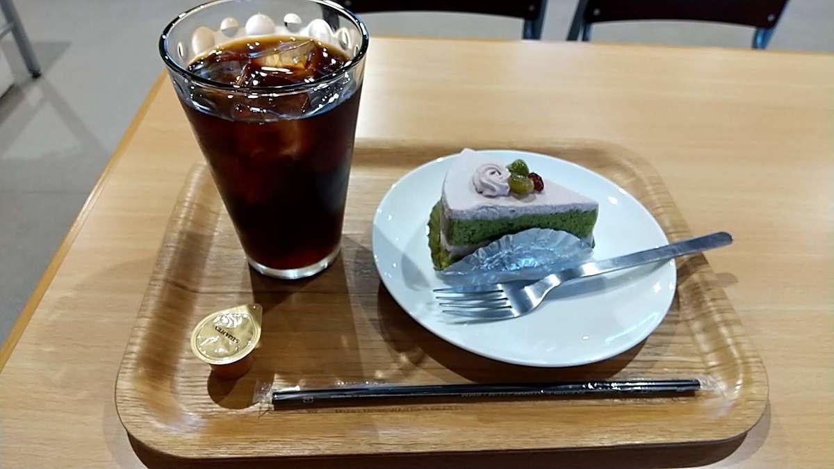 「ピピカフェ比布駅」で抹茶ケーキとアイスコーヒーのセットをいただく