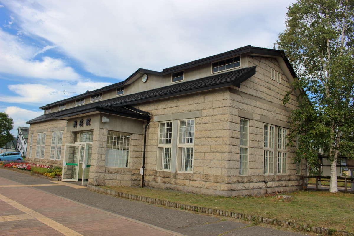 石造りで洋風の美瑛駅の駅舎