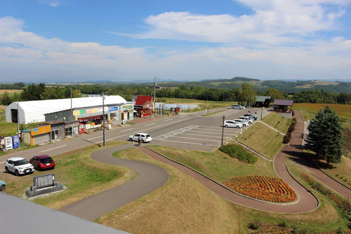 「北西の丘展望公園」の駐車場とお店