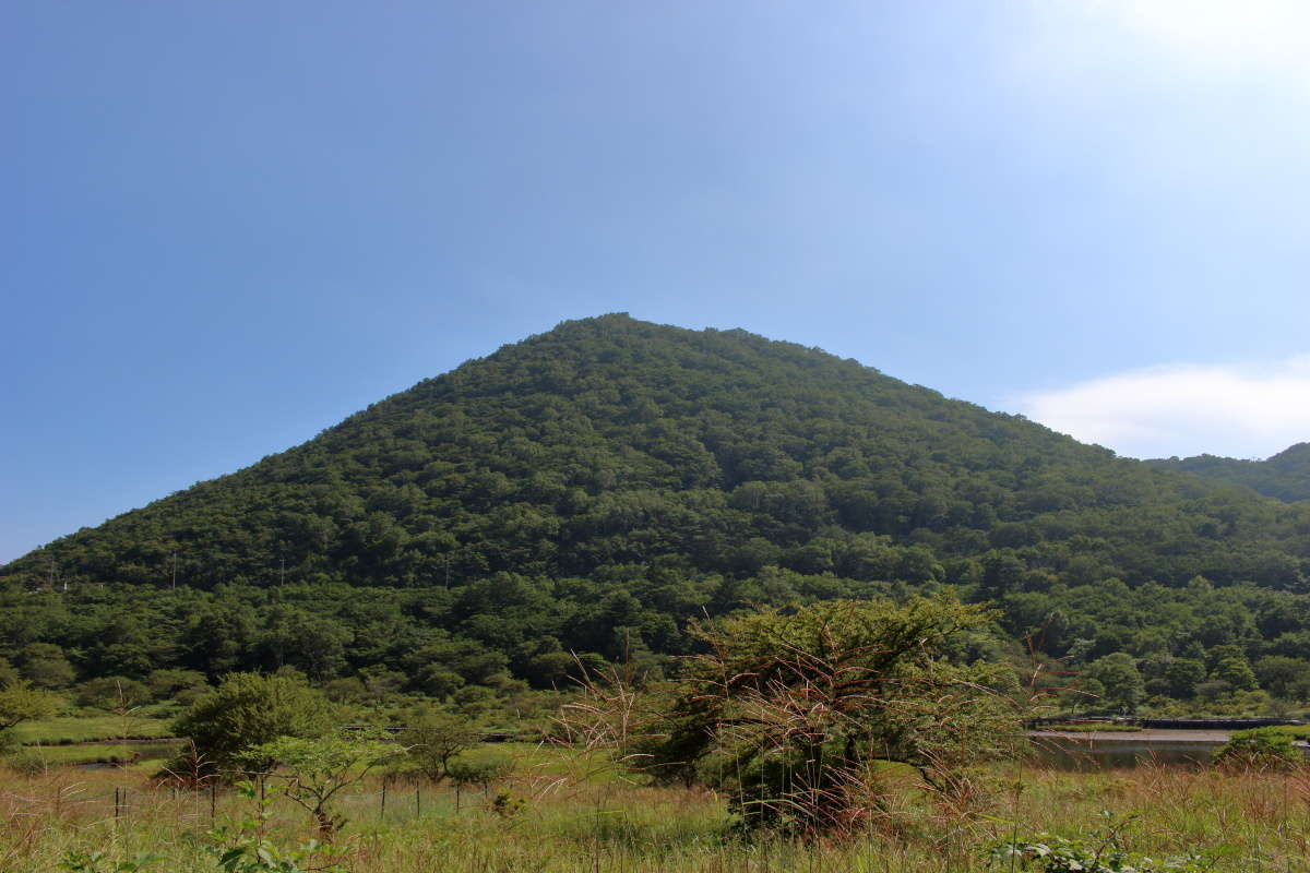 覚満淵の対岸に見える「小地蔵岳」