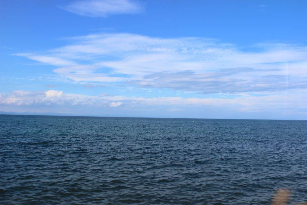 八雲付近からの車窓、噴火湾の濃いブルーが印象的