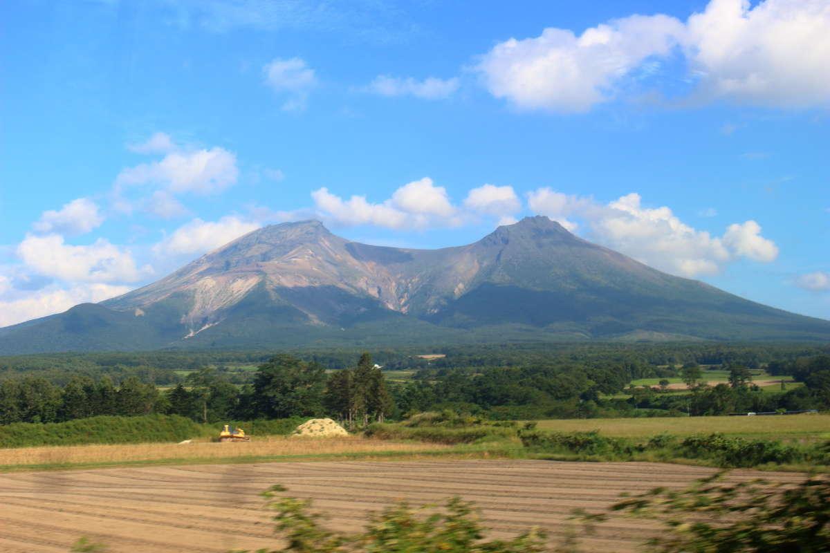 森駅を出ると車窓左側に「駒ヶ岳」が大きく見えてきます