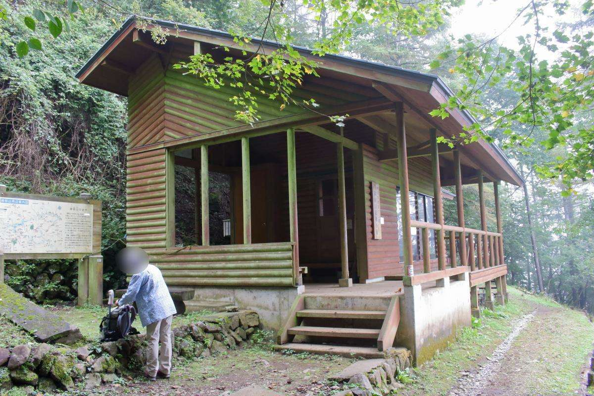 御前山山頂から少し下ったところにある御前山避難小屋、トイレもあります