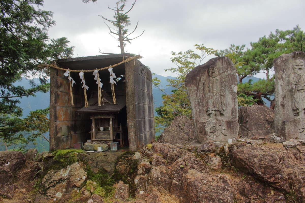 はしごの上の小さな場所に小さな祠がありました