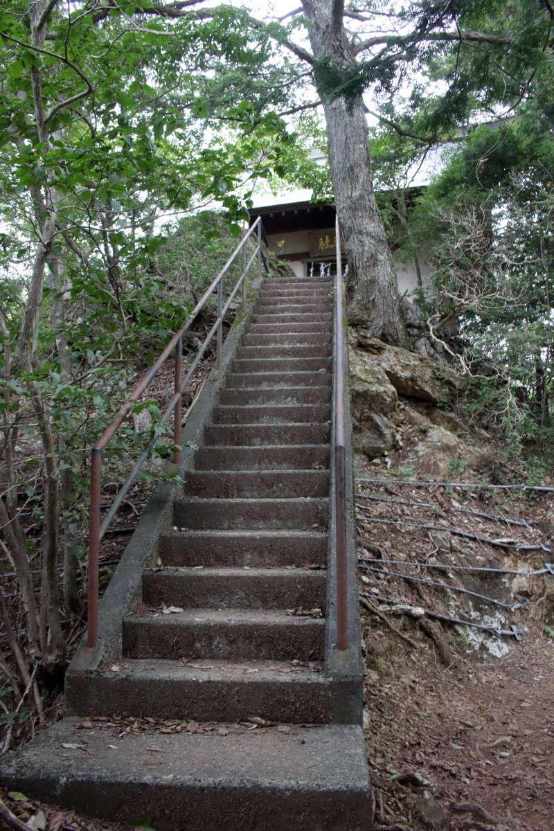 愛宕山の頂上には愛宕神社があります