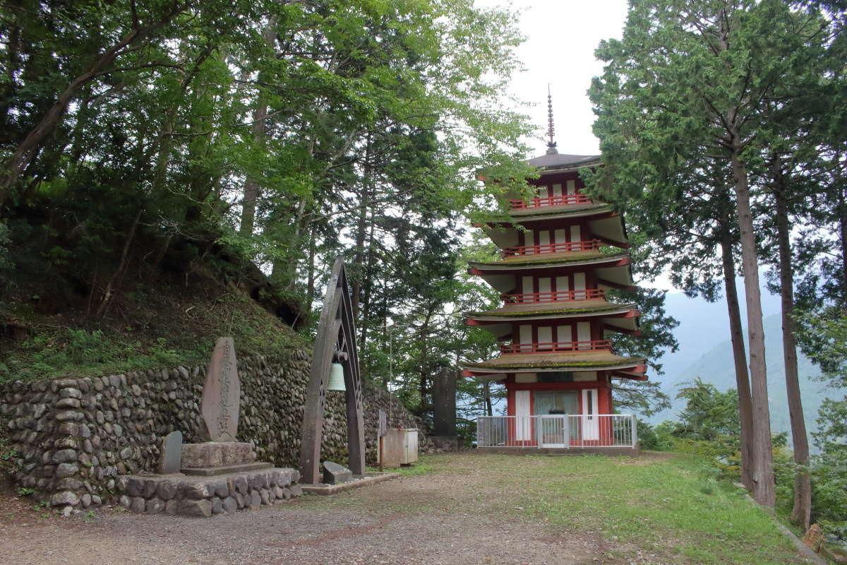 愛宕神社の広場には立派な五重塔が