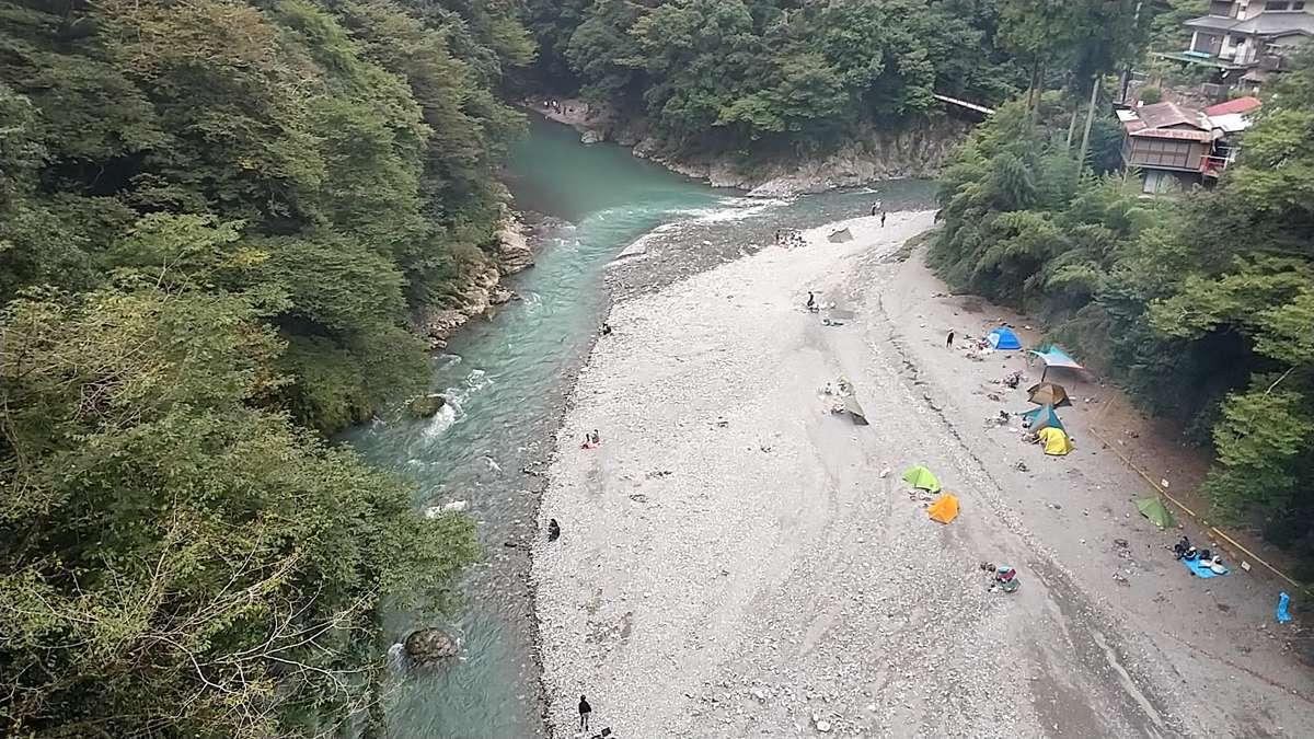 多摩川を渡る橋の上からはキャンプを楽しむ様子が見えます