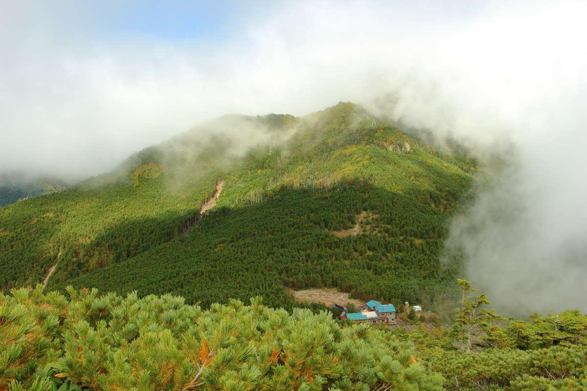 青年小屋への岩場の上から権現岳を見ることができました!