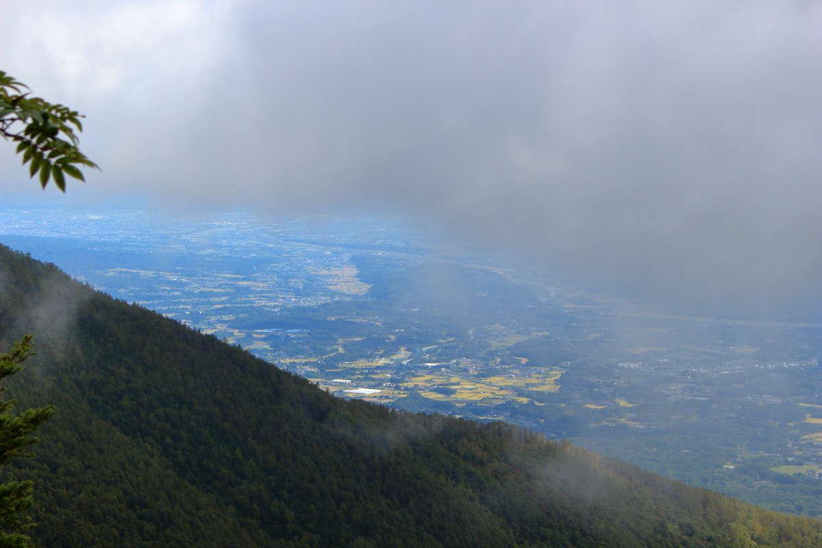 押手川への途中、視界が開けたところから麓の町を一望