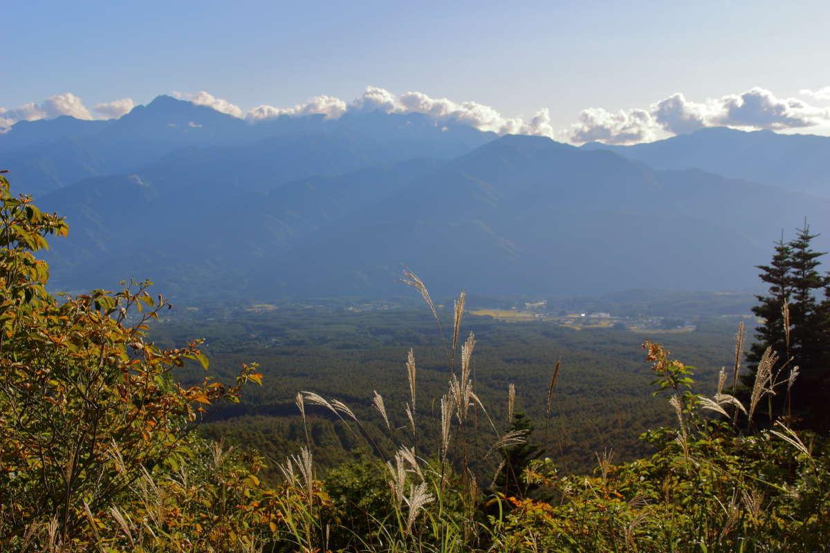 観音平の展望台から南アルプスの山々を望む