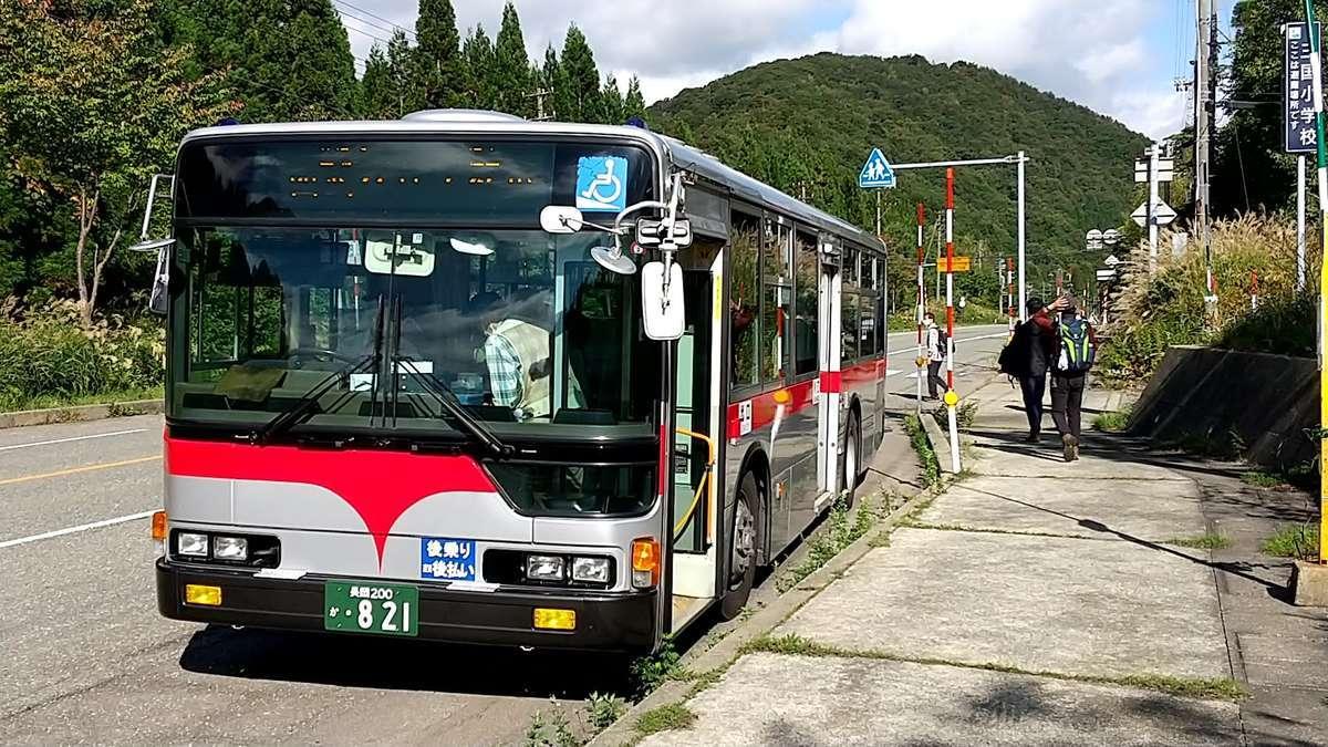 南越後観光の路線バスに乗車し平標登山口バス停で下車