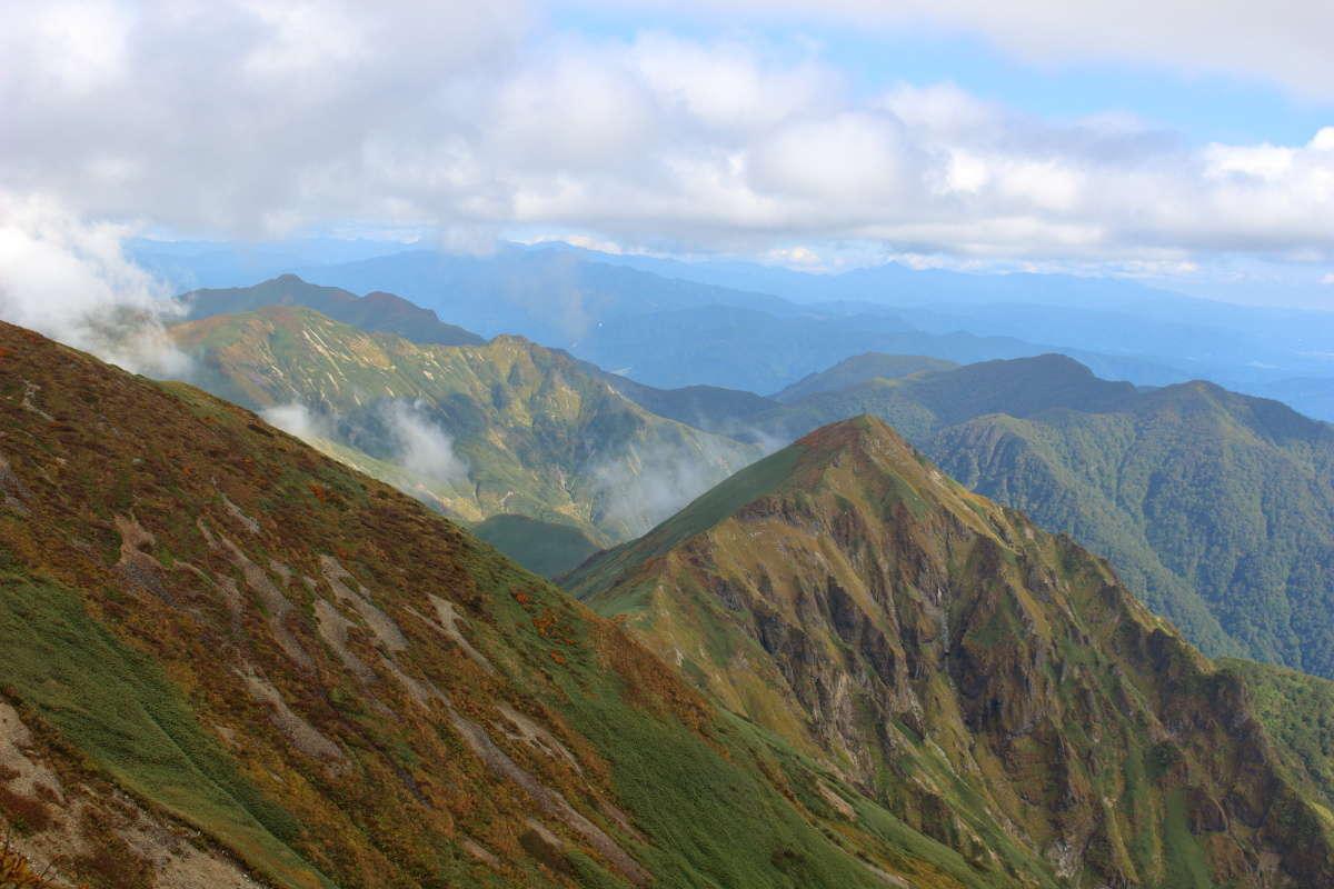 仙ノ倉山手前のピークを越えると谷川岳の荒々しい稜線が見えてきます!
