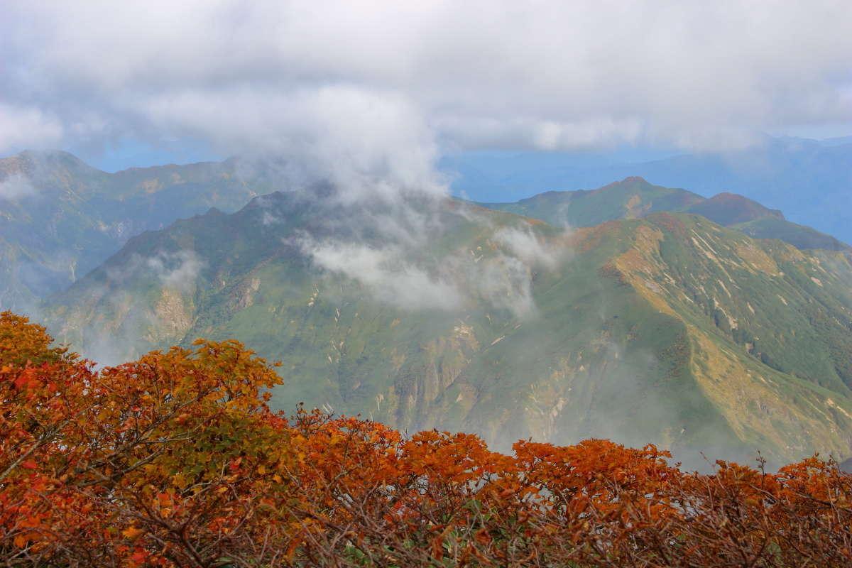 ガスが晴れて万太郎山と谷川岳が見えてきました