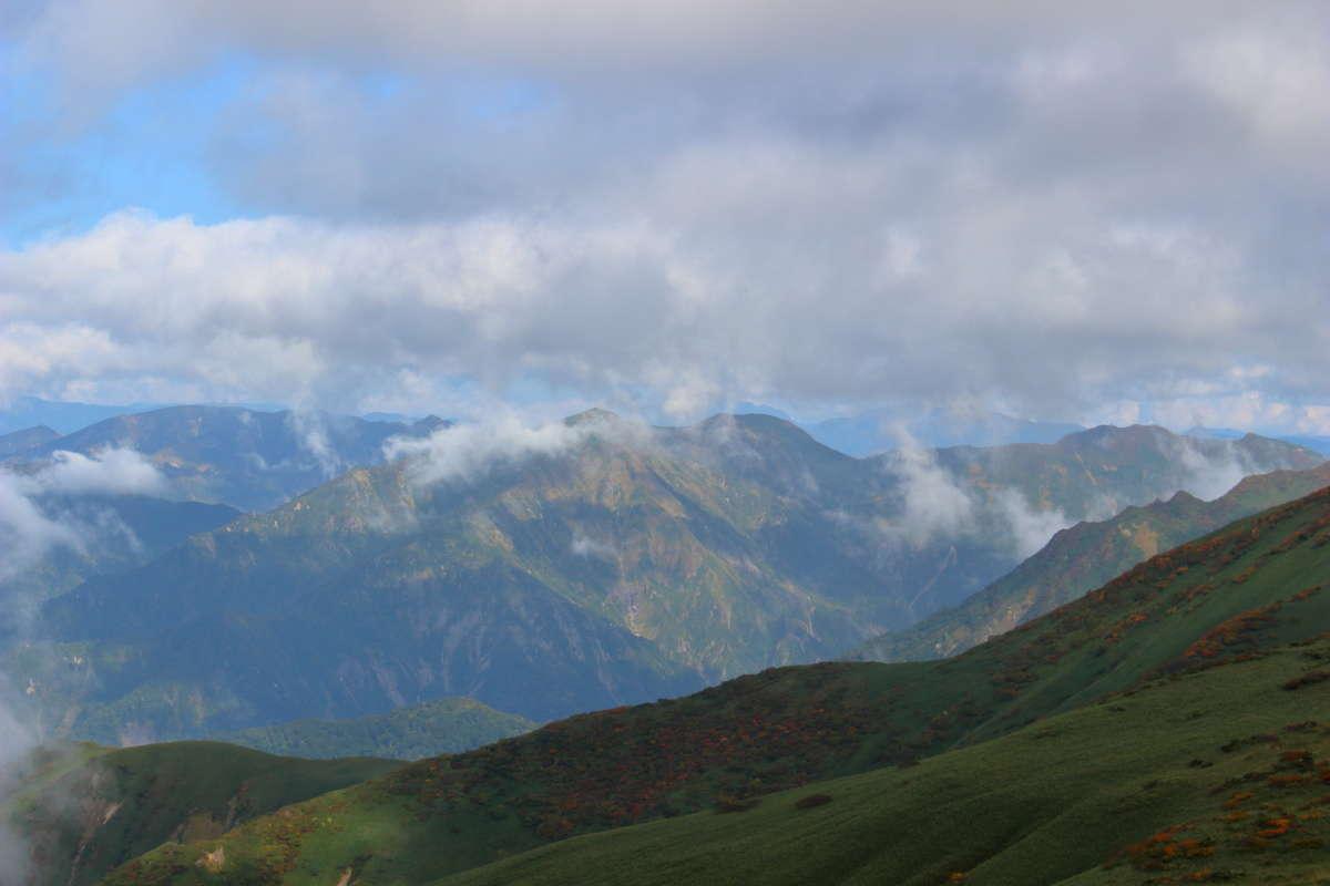 平標山への登りの途中で振り返ると谷川連峰の山々が!
