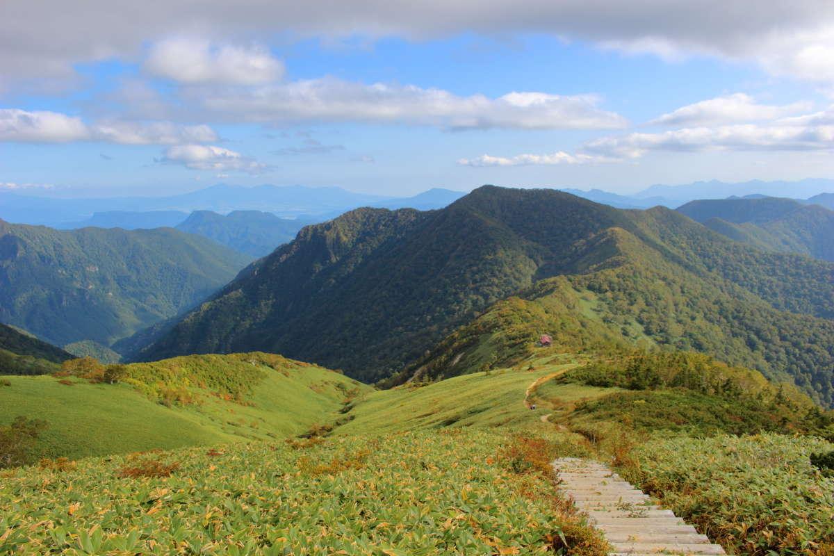 平標山の家へは群馬の山々を眺めながらの快適な下り