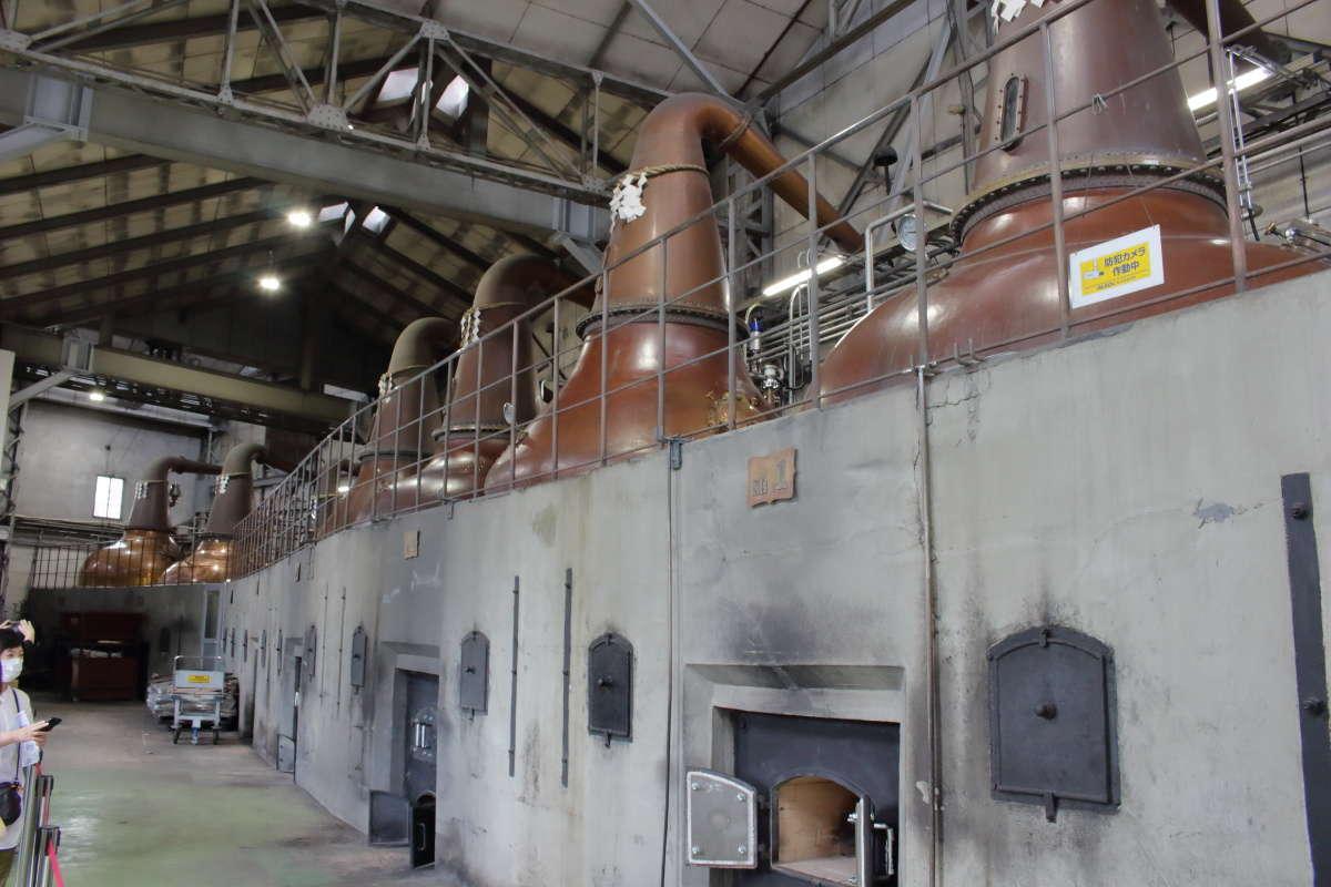大きな蒸溜器が並ぶ蒸溜棟の内部