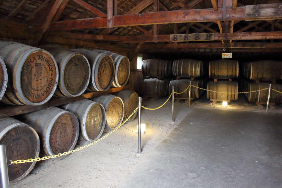 貯蔵庫の内部には木樽がずらり