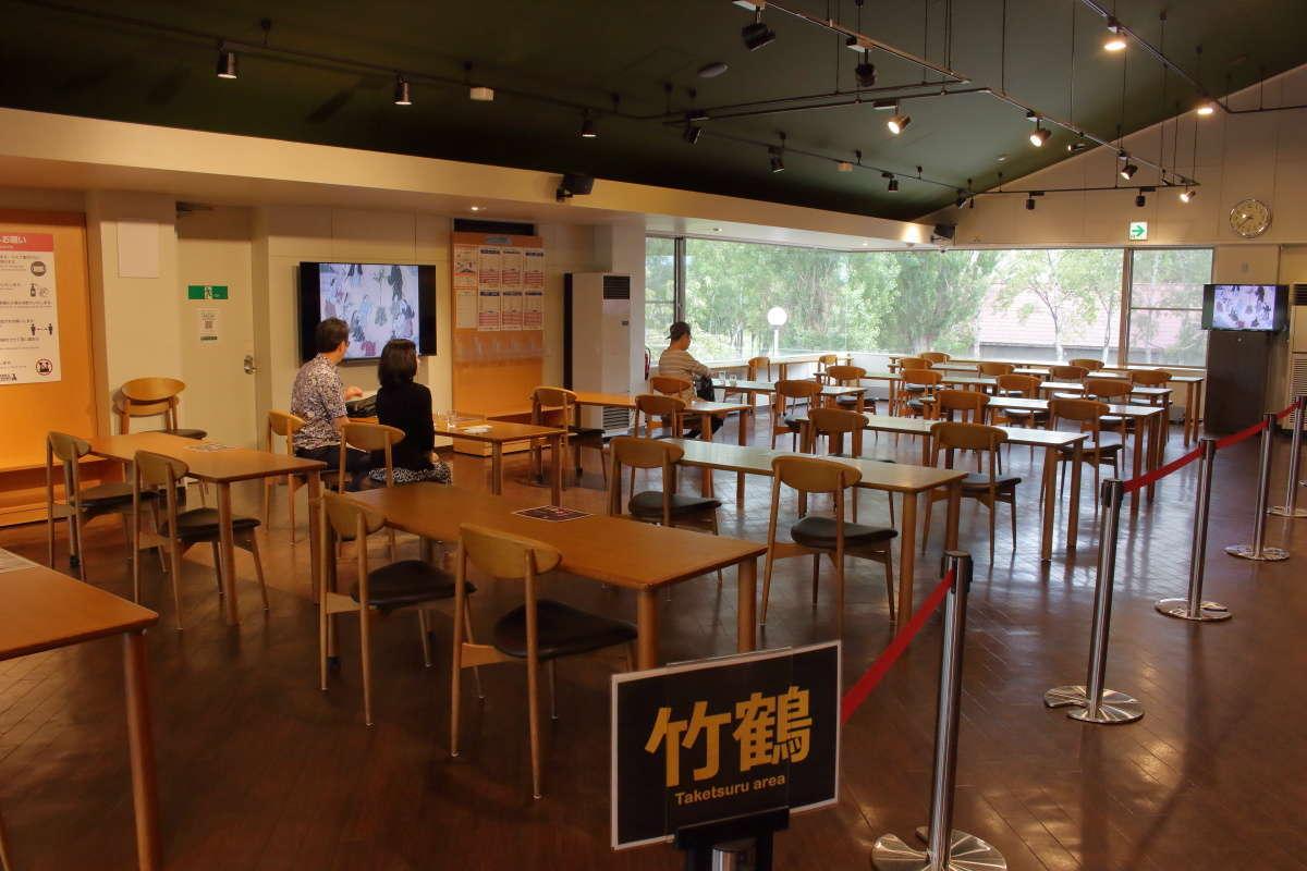 試飲会場にはたくさんのテーブルと椅子が並べられています